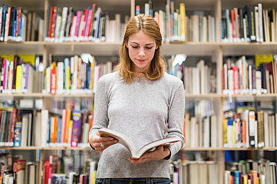 Studentin in Bibliothek liest ein Fachbuch - p1284m1452078 von Ritzmann