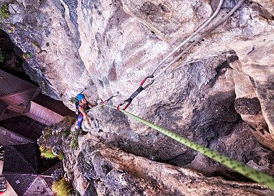 Thailand, Krabi, Tonsai beach, woman climbing in rock wall - p300m2083167 by Alun Richardson