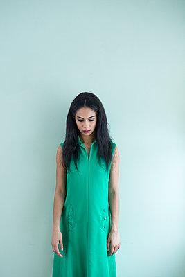 Frau im grünen Kleid - p427m1553066 von R. Mohr