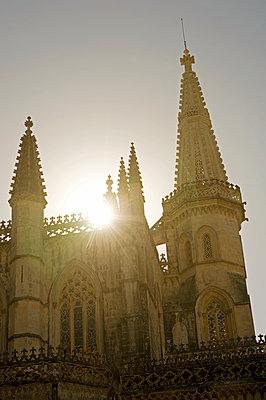 Kloster von Batalha im Gegenlicht - p589m1185273 von Thierry Beauvir