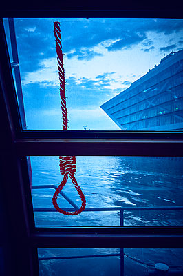 A sling with hangman's knot in front of window on the waterfront - p851m2205857 by Lohfink