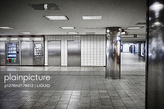 Closed metro, Hamburg, shutdown due to Covid-19 - p1276m2178412 by LIQUID