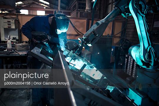 Welder welding metal with robot - p300m2004158 von Oriol Castelló Arroyo