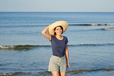 Frau mit Strohhut am Meer - p1124m1491291 von Willing-Holtz