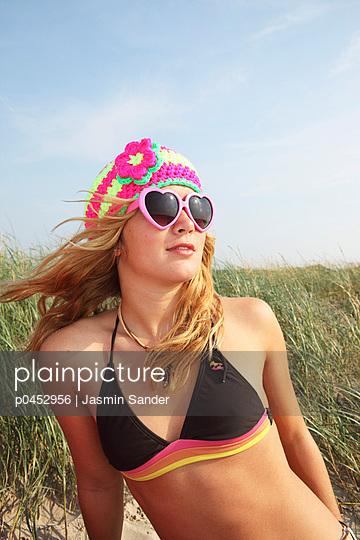 Girl at the sea - p0452956 by Jasmin Sander