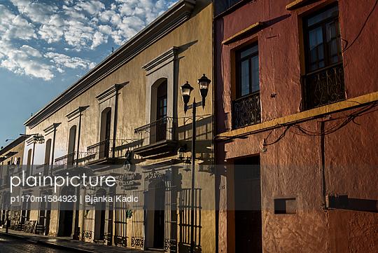 Häuser im Sonnenlicht - p1170m1584923 von Bjanka Kadic