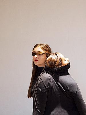 Zwei Frauen in schwarzem Pullover - p1105m2133111 von Virginie Plauchut