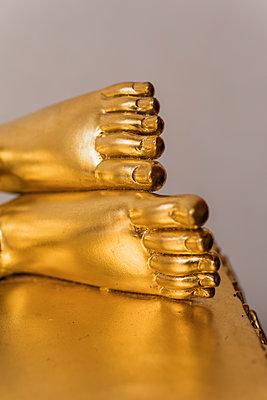 Füße einer vergoldeten Buddha Statue - p728m2099845 von Peter Nitsch