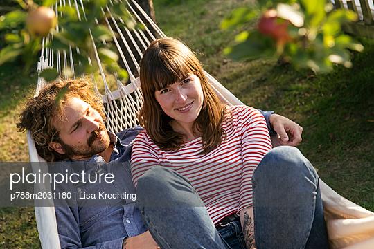 Paar in der Hängematte - p788m2031180 von Lisa Krechting