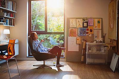 Female artist painting in art studio - p1023m2073944 by Tom Merton
