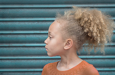 Portrait of a little girl - p1323m1158792 by Sarah Toure