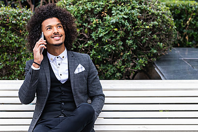 Barcelona, Spain. Mixed race businessman enjoying the city. Business, mix-race, technology, businesswear, connection, computer, bar, coffee, restaurant, entrepreneur, occupation, strategy, handsome, curly hair, hair style, attractive. - p300m2276254 von NOVELLIMAGE