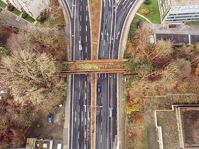 Multi-lane road, aerial view - p586m1104981 by Kniel Synnatzschke