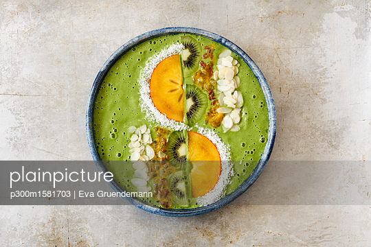 Smoothie Bowl with kiwi and kaki - p300m1581703 von Eva Gruendemann