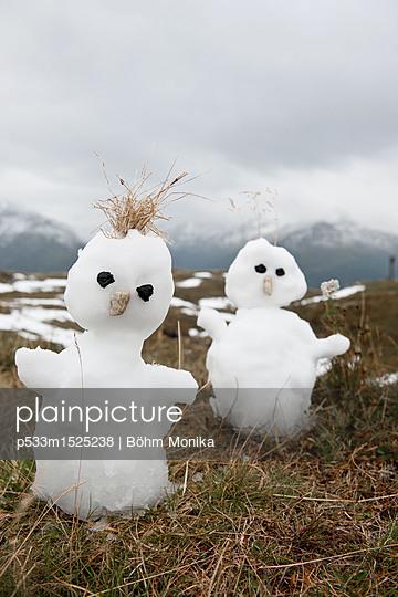 Zwei kleine Schneemänner im Nationalpark Hohe Tauern - p533m1525238 von Böhm Monika