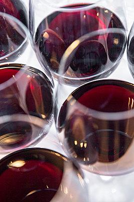 Weingläser mit Rotwein - p1057m1526205 von Stephen Shepherd