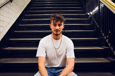 Man sitting on stairs - p1399m1573931 by Daniel Hischer
