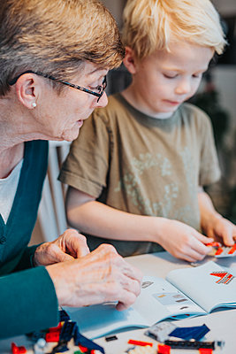 Grandmother and grandson building blocks - p312m2091662 by Malin Kihlström