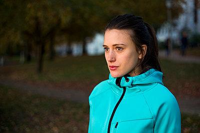 Junge Frau in Trainingsjacke - p341m1092198 von Mikesch