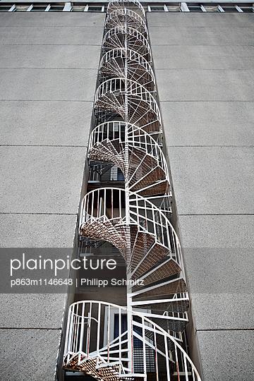 Aussentreppe DDR Strandhotel - p863m1146648 von Philipp Schmitz