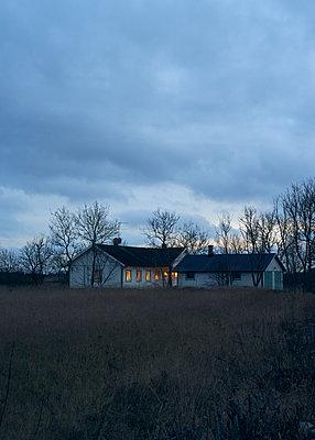 Schwedisches Haus in der Dämmerung - p1124m1193566 von Willing-Holtz