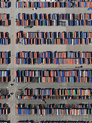 Aerial view trains in sunny shunting yard, Los Angeles, California, USA - p301m2017415 by Stephan Zirwes