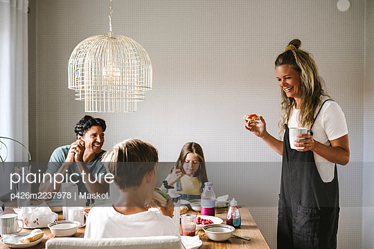 Smiling family having breakfast at dining table - p426m2237978 by Maskot