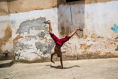 Boy doing a handstand - p1170m1111633 by Bjanka Kadic
