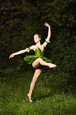 Ballett im Grünen 02 - p1376m1222654 von Melanie Haberkorn