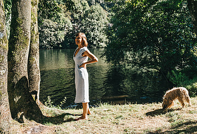 Mature woman with dog on the riverbank - p586m1171848 by Kniel Synnatzschke