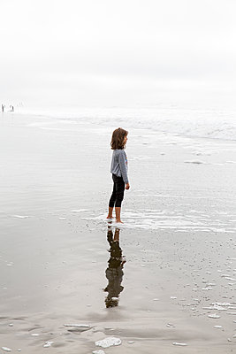 Strandspaziergang - p756m1214662 von Bénédicte Lassalle
