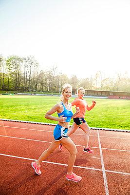 Sportliche Frau - p904m1031360 von Stefanie Päffgen