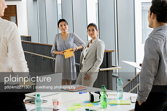 Germany, Bavaria, Munich, Business meeting in office - p924m2271301 by suedhang photography