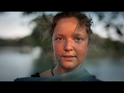 Portrait of young woman with freckles - p1324m1165226 by michaelhopf
