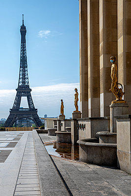 The Eiffel Tower with statue wearing masks - p940m2184791 by Bénédite Topuz