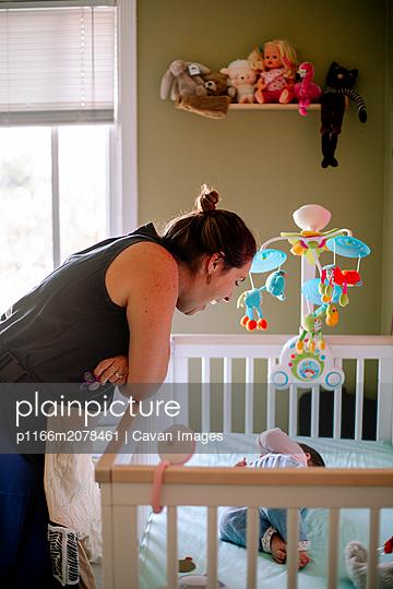 plainpicture - plainpicture p1166m2078461 - Mother talking to baby who ... - DEEPOL by plainpicture