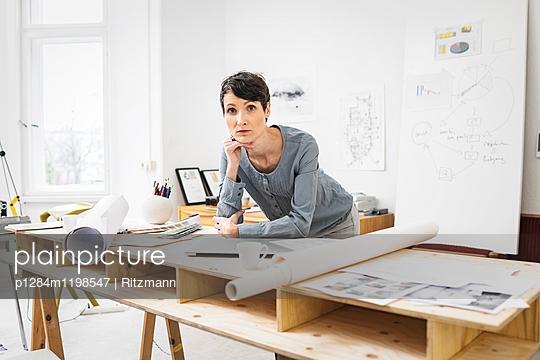 Architektin am Schreibtisch - p1284m1198547 von Ritzmann