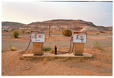 Alte Tankstelle in der Wüste von Utah - p1075m1588819 von jocl