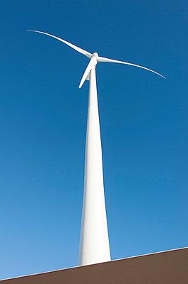 Windkraftanlage vor blauem Himmel - p1079m1042410 von Ulrich Mertens