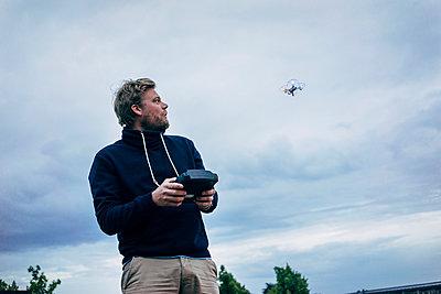 Mann steuert eine Drohne  - p819m1042472 von Kniel Mess