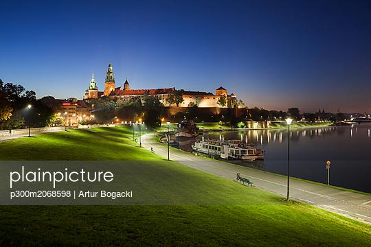 Poland, Krakow, Wawel Castle, tranquil evening at Vistula River waterfront - p300m2068598 by Artur Bogacki