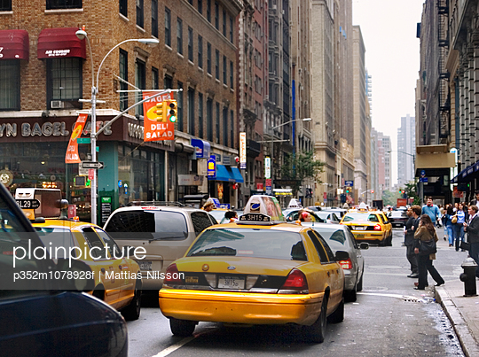 USA, New York State, New York City, Manhattan, Traffic jam in street - p352m1078928f by Mattias Nilsson