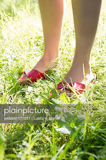 Warm feet - p454m1177031 by Lubitz + Dorner
