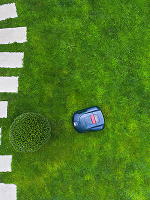 Germany, Bavaria, robotic lawn mower on meadow - p300m1568283 by Michael Malorny
