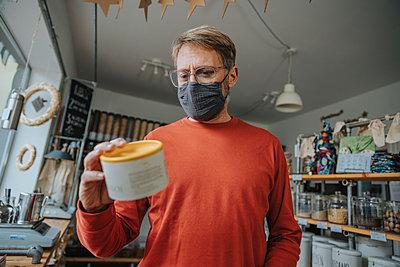 Man shopping in zero waste shop, Cologne, NRW, Germany - p300m2256193 von Mareen Fischinger