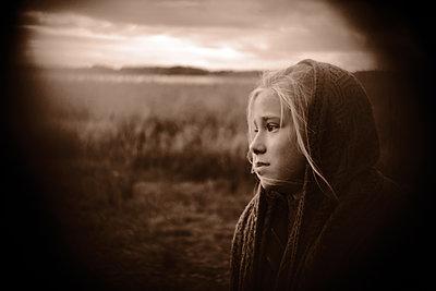 Blondes Mädchen, Portrait - p945m2152897 von aurelia frey