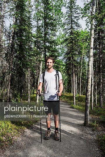 USA, Alaska, Portrait of smiling hiker in Denali National Park - p924m2300811 by Rosanna U