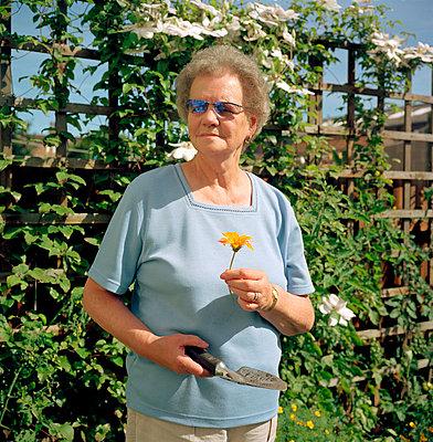 Portrait im Garten - p1037m885614 von Debby Besford
