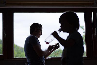 Vater und Sohn am Fenster - p1308m2057150 von felice douglas