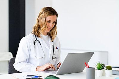 Adult woman doctor in a hospital, studio or clinic - p300m2265440 von Giorgio Fochesato